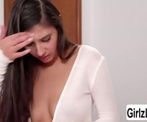 MILF India eats her..