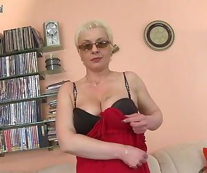Old amateur mom and her..