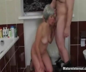 Mature lady creampied..